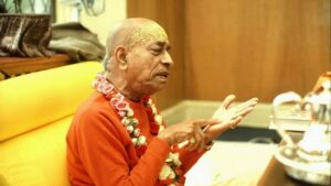 Srila-Prabhupada-explains-philosophy-to-disciples-in-his-room-620x350